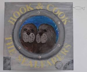 arte en cajas, dos focas haciendo malabarismos